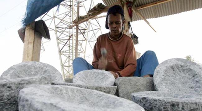 Pemdes Kobo Kecil Kembangkan Lesung Batu lewat BUMDes