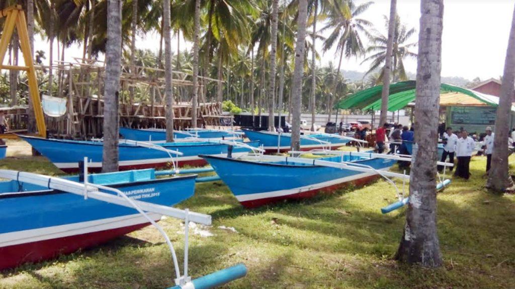 Pemkab Bolmong Serahkan Bantuan Kepada 23 Kelompok Nelayan