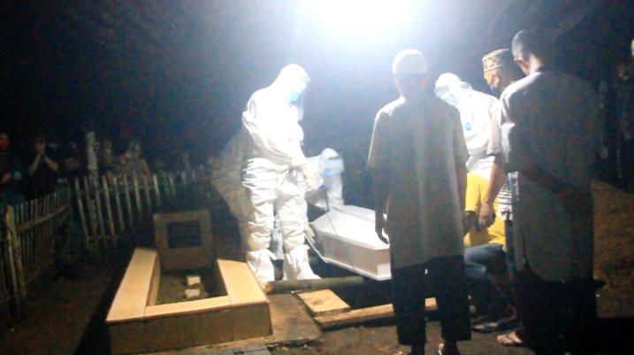 Foto: Sejumlah Pejabat Bolmong Lakukan Proses Pemakaman Jenazah PDP di Kecamatan Passi Barat