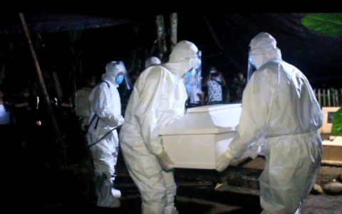 Foto: Sejumlah Pejabat Bolmong Lakukan Proses Pemakaman Langsung Jenazah PDP di Kecamatan Passi Barat