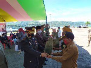Sekda Bolmong Tahlis Gallang Serahkan Secara Simbolis Bantuan Untuk Para Veteran. (Foto: Istimewa)