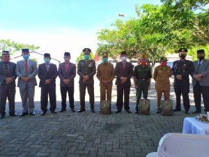 Sekda Bolmong Tahlis Gallang SIP MM foto Bersama Para Pejuang Veteran. (Foto: Istimewa)