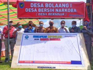 Wabup Bolmong Yanny Ronny Tuuk STh MM Foto Bersama di Bawa Neonbox Desa Bolaang I Sebagai Desa Bersinar. (Foto: Jr)