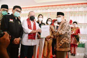 Penyerahan Dokumen Pemekaran Provinsi BMR oleh Hi Abdulah Mokoginta Kepada Ketua DPD RI Ir Hi A La Nyalla mahmud Mattalitti. (Foto: Istimewa)