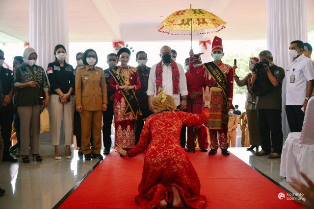 Kenker Ke Bolmong, Ketua dan Anggota DPD RI di Sambut Dengan Tarian Adat Mongondow. (Foto: Istimewa)