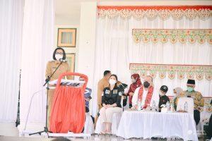 Bupati Bolmong Dra Hj Yasti Soepredjo Mokoagow Memberikan Sambutan Dalam Kunker Ketua DPD RI Ir Hi A La Nyalla Mahmud Mattalitti di Bolmong. (Foto: Istimewa)
